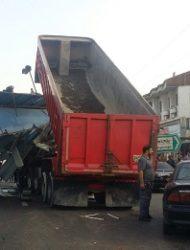 واژگونی پل عابر پیاده در آستانه اشرفیه/ ۲ نفر مصدوم شدند
